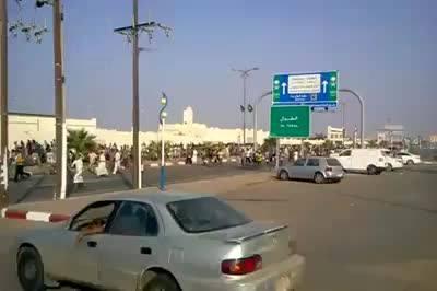 مغتربون عائدون الى اليمن يقتحمون منفذ الطوال الحدوديaa