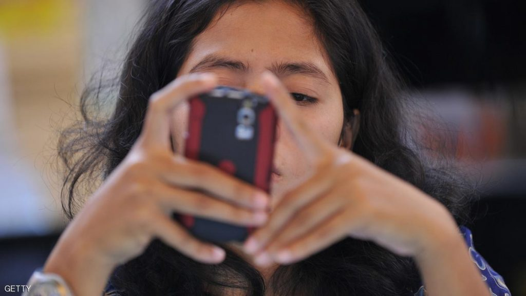 An Indonesian woman checks her BlackBerry mobile phone at a market in Jakarta on January 14, 2010. The Canadian maker of the popular BlackBerry smartphone hit back at Indonesian officials' claims it does not pay taxes or contribute to the Southeast Asian country's booming economy. Communications and Information Technology Minister Tifatul Sembiring has led attacks on RIM over its alleged failure to pay taxes, using his Twitter feed to issue regular broadsides against the global power in smartphone technology. AFP PHOTO / ADEK BERRY (Photo credit should read ADEK BERRY/AFP/Getty Images)