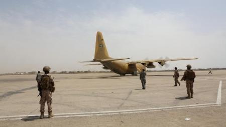 جنود من دولة الامارات يحرسون مطار عدن الدولي يوم 5 اغسطس آب 2015. تصوير: فواز سالمان - رويترز.