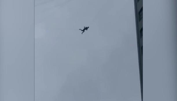 فيديو يخطف الأنفاس لرجل معلق بين مبنيين... هرباً من فاتورة الفندقaa