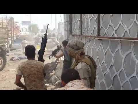 فيديو.. الإشتباكات التي دارت أمام إدرة أمن العاصمة عدن عقب التفجير الإنتحاريaa