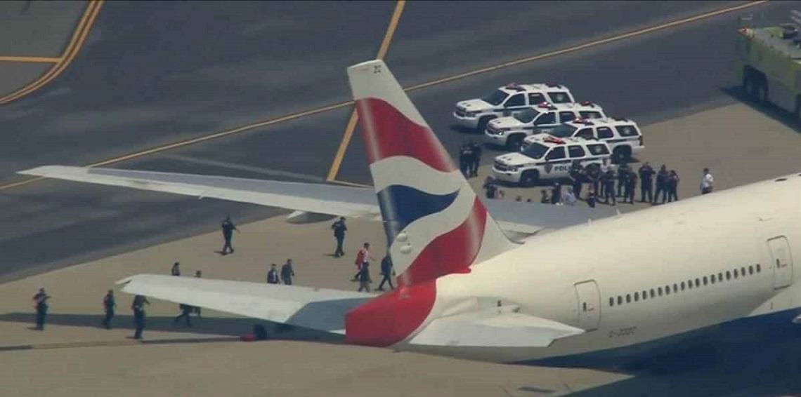 هكذا يتم إخلاء الطائرة من ركابها لدى وقوع أي طارئaa