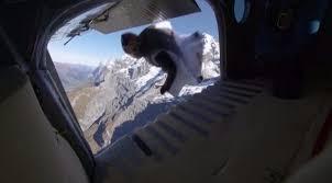 شاهد كيف قفز هذان المغامران إلى طائرة أثناء تحليقهاaa