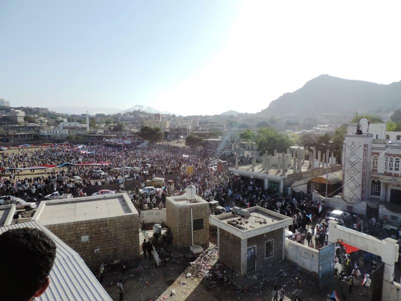 عشرات الالاف من ابناء الجنوب يتدفقون الى ملعب الصمود لتشييع شهداء مجزرة سناح aa
